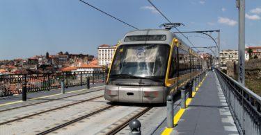 Metro de Porto sur pont D Luis