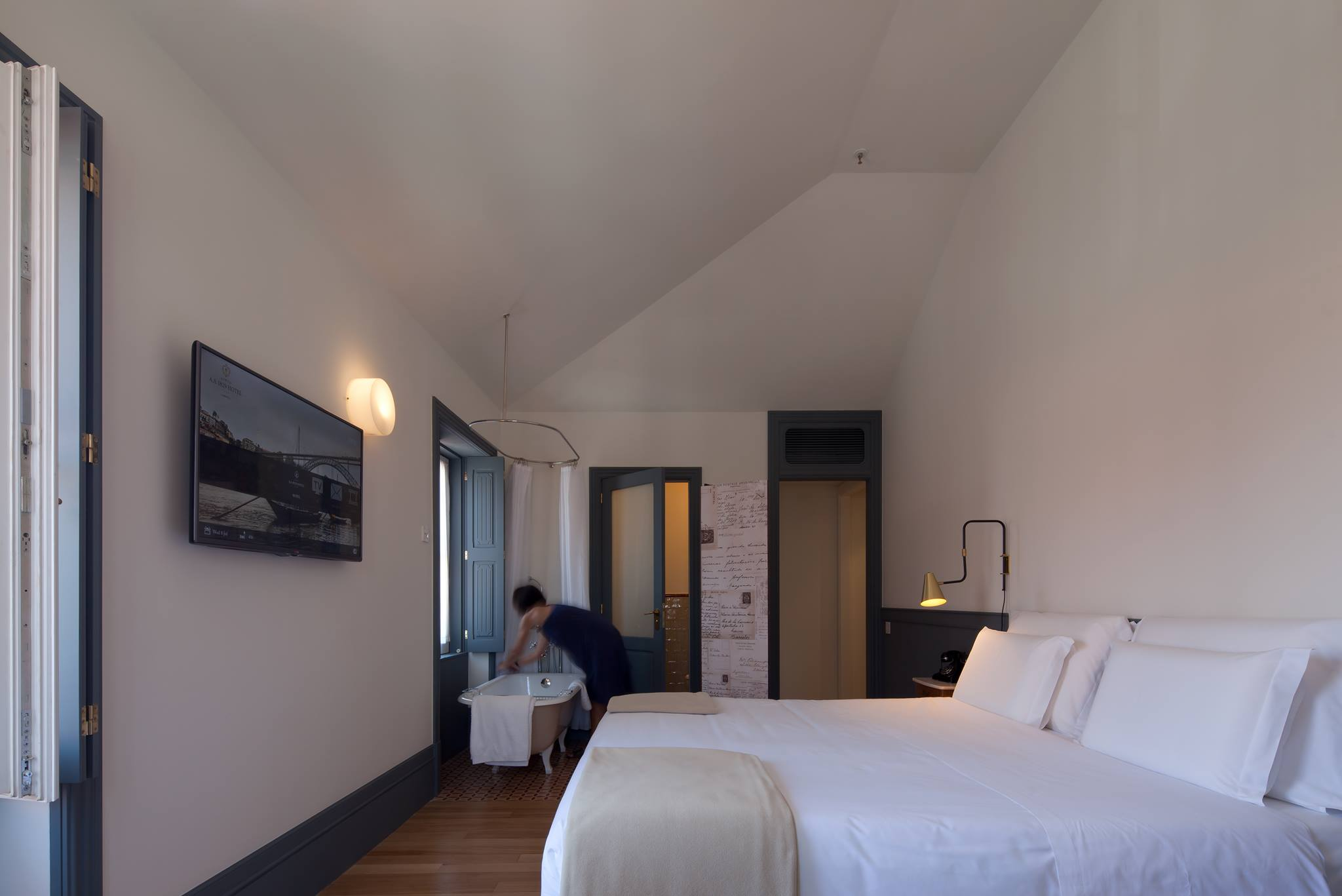 chambre avec baignoire sous la fenetre porto a s 1829 hotel 4 etoiles porto week end et. Black Bedroom Furniture Sets. Home Design Ideas