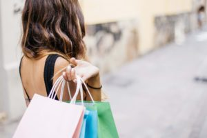 Femme faisant du shopping