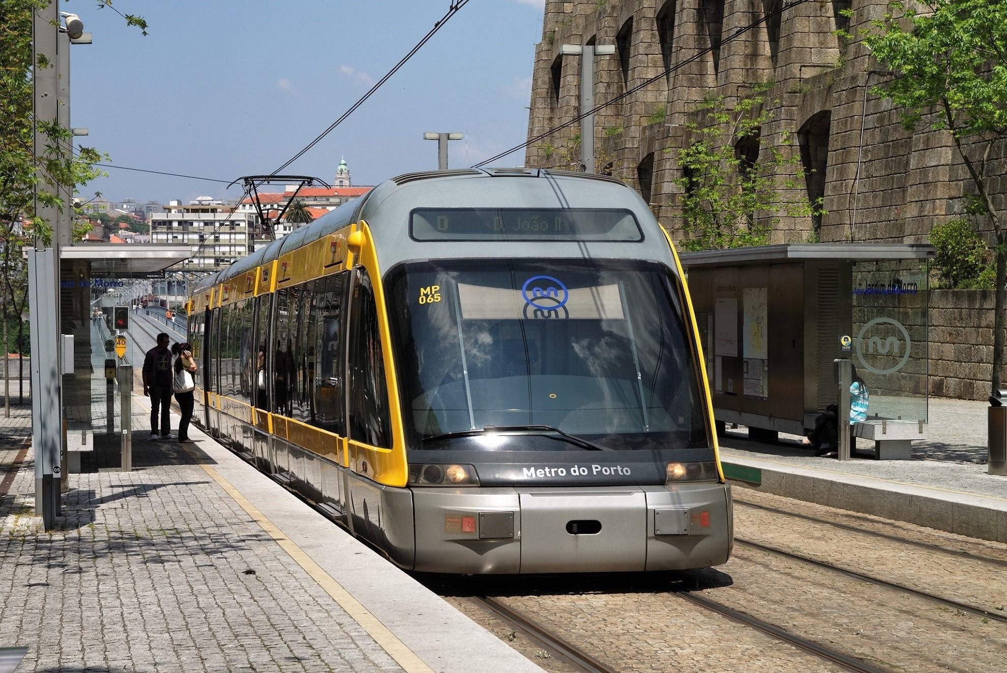 Rame du metro de Porto en exterieur