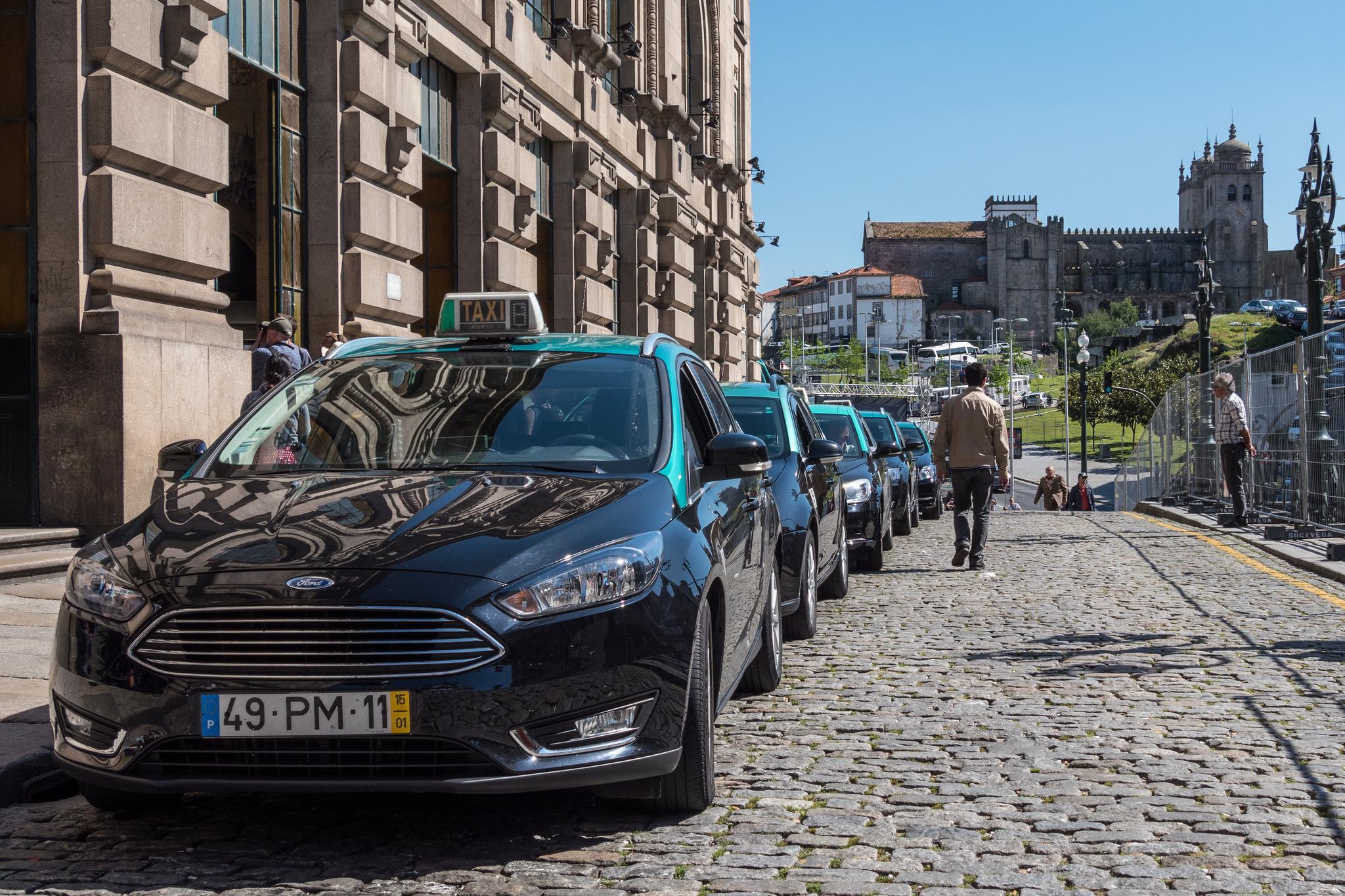 Taxis de Porto pres de la gare de Sao Bento