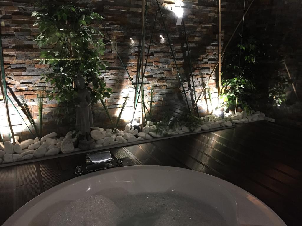 Jacuzzi exterieur - Suite VIP - Motel Portofino - region de Porto