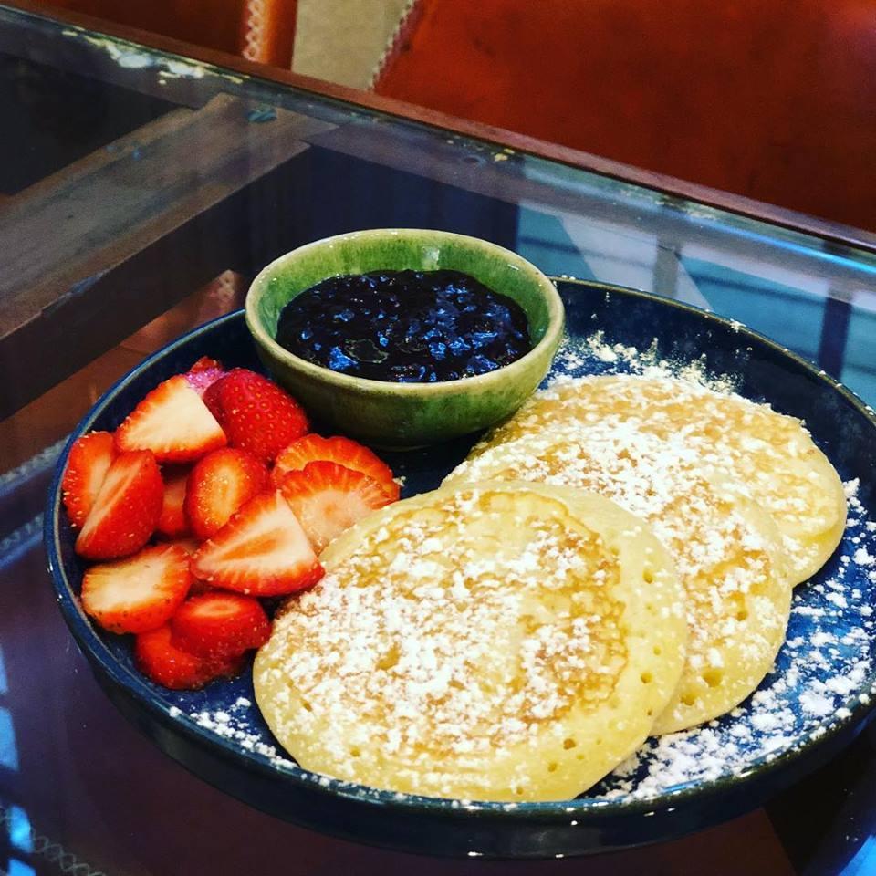 Pancakes avec fraises et confiture - Mercador Cafe - Porto