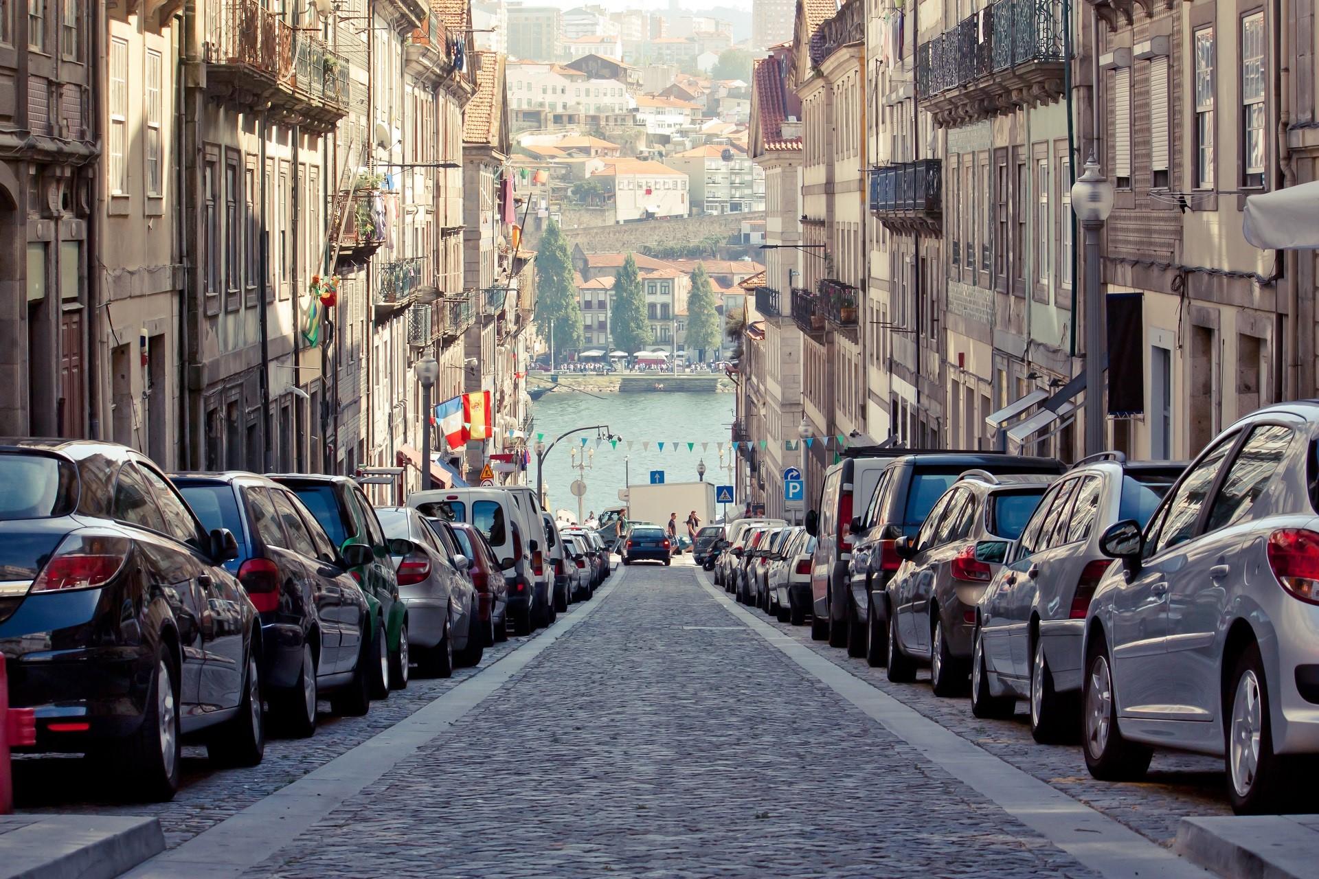 Rue du centre de Porto avec stationnement charge