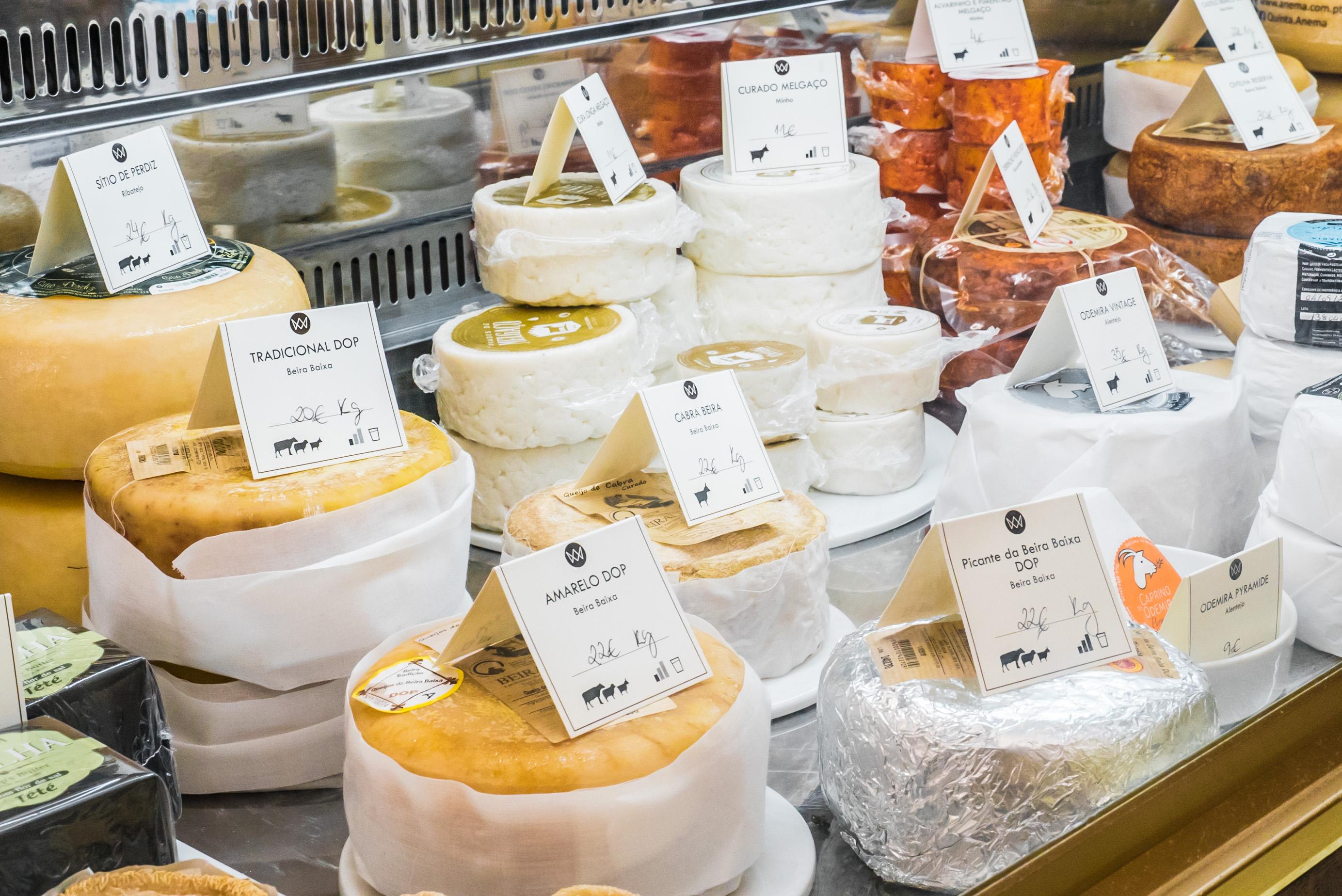 Vitrine de fromages de la boutique Rei dos Queijos - Porto
