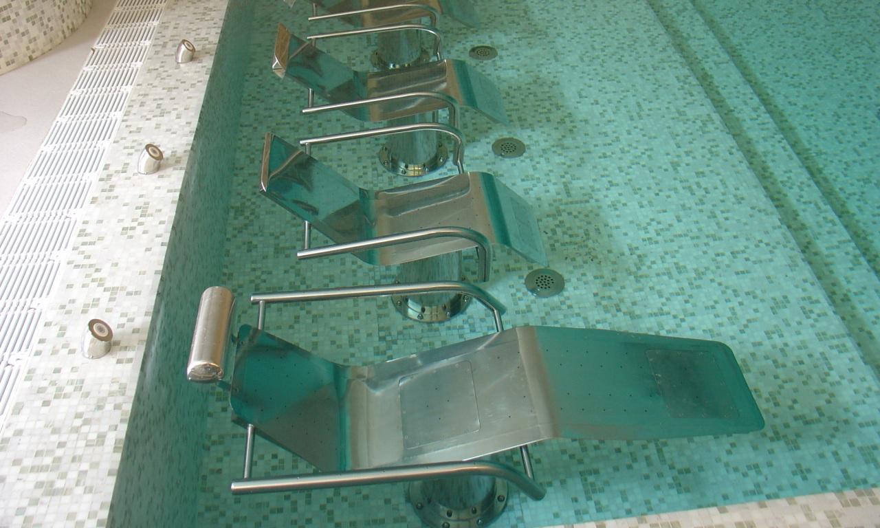 Fauteuils dans la piscine du Welldomus Spa de Porto