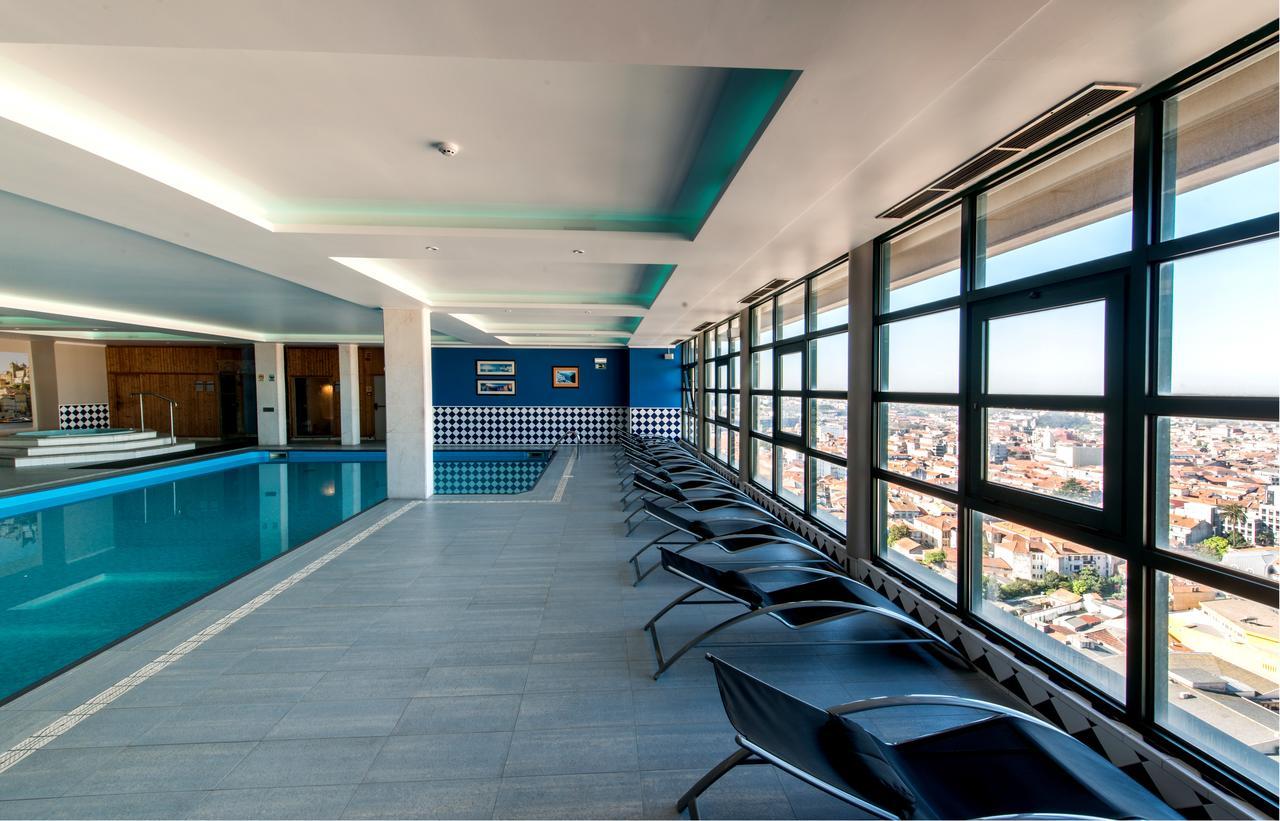 Piscine interieure et espace jacuzzi du spa Vila Gale Porto