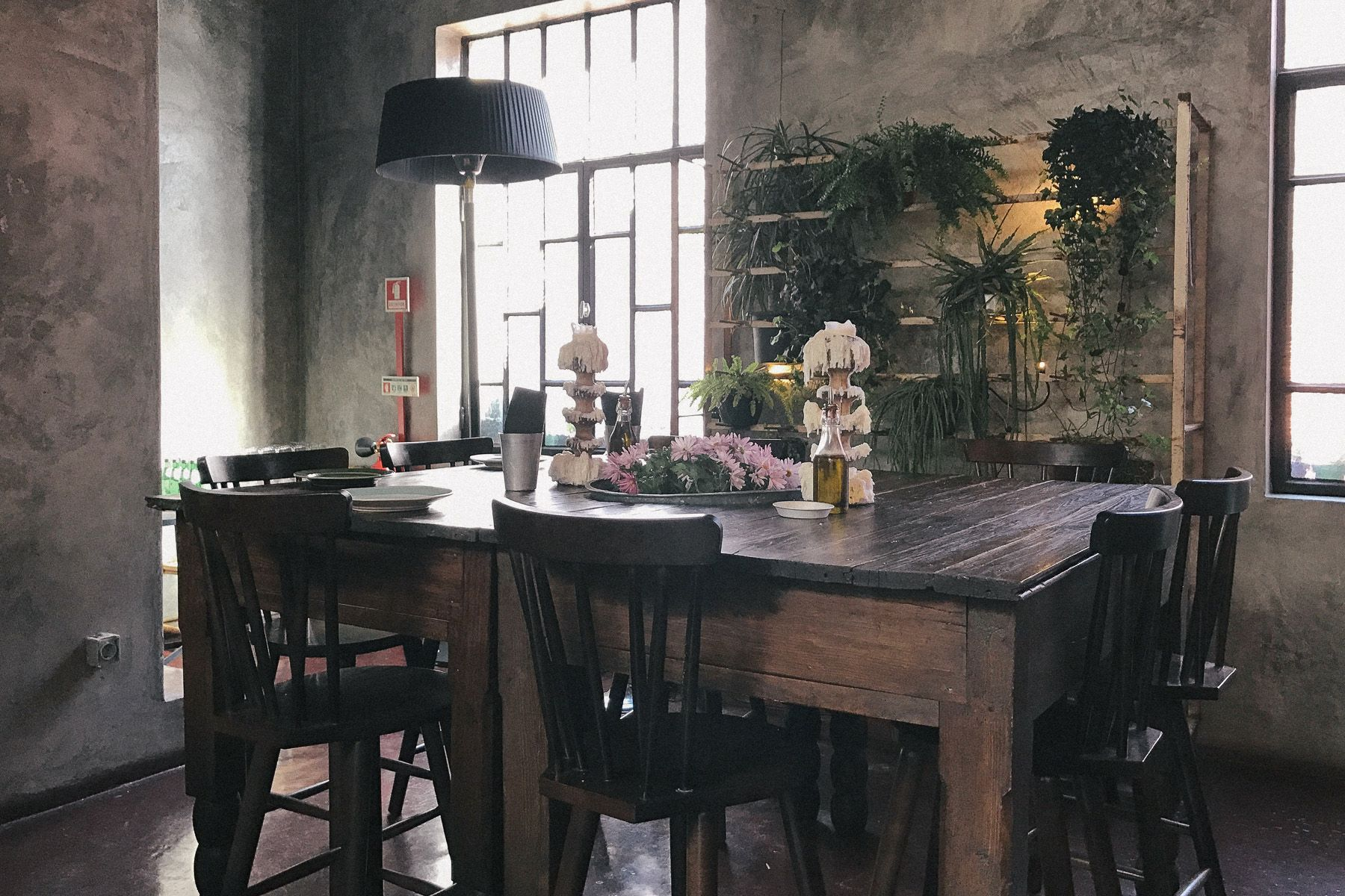 Table dans la salle du restaurant Cantina 32 - Porto